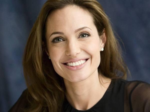 Angelina_Jolie_0224_1600X1200_Wallpaper65